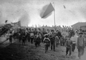 +Ф. Ф-1. Оп. 1. Д. 1147. Жители г. Весьегонска на праздновании, посвященном успехам Красной Армии на фронте в годы Гражданской войны 20 век.jpg