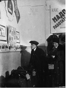 Ф. Ф-1. Оп. 3. Д. 888. Работники Кимрской обувной фабрики Красная звезда в фабричном клубе на выставке... 1939 г..jpg